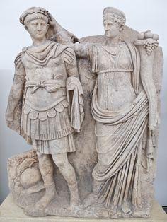 Estatua de Nerón y su madre Agrippina