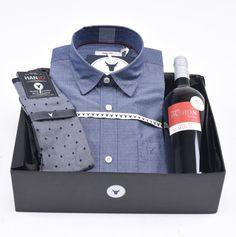 """Coffret Cadeau de Noël pour Homme """"L'Enjouée""""  Chemise Homme bleue effet jean / denim à motif jacquard effet pétillant + bouteille de vin rouge et chaussettes en fil d'écosse Hanjo, le vestiaire des épicuriens : https://hanjo.fr"""