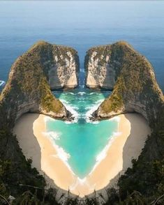 """""""Essa é a maior prova que o amor vem de Deus"""". A natureza surpreende com seus e. """"This is the greatest proof that love comes from God."""" Nature surprises with its charms! Look what a beautiful heart! Beautiful Places To Travel, Wonderful Places, Beautiful Beaches, Cool Places To Visit, Places To Go, Beautiful Beautiful, Beautiful Scenery, Amazing Places, Romantic Places"""