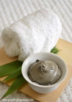 Effective clay face mask to treat pimples and acne that works wonders. Be consistent to achieve best results. Made from clay, onion juice and honey.