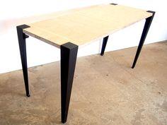 板さえあれば自由にテーブルやイスを作ることが可能な脚「noashi」。