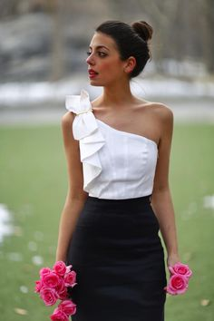 White top black skirt and pink roses White Fashion, Look Fashion, Girl Fashion, Fashion Dresses, Fashion Design, Womens Fashion, Chic Outfits, Summer Outfits, Outfit Trends
