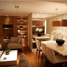 Excelente integração entre sala de estar e jantar  Os espelhos aumentando a sensação de amplitude do ambiente e uma iluminação aconchegante!