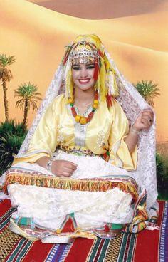 """Durant la saison estivale, les magazines marocains se lancent dans une course au meilleur dossier """"mariage"""" avec les conseils à suivre pour tout réussir, de la mise en beauté de la mariée (caftan, …"""