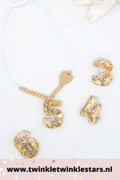 Deze verjaardagsketting heeft een in hars gegoten cijfer. Deze is gedecoreerd met gouden decoratie. Alle cijfers worden met de hand gemaakt en zijn dus uniek. De ketting is verder vorm gegeven met houten kralen. Deze verjaardagsketting geeft een kinderverjaardag een gouden randje. #kinderketting #meisjesketting #verjaardagsketting Pendant Necklace, Jewelry, Jewlery, Jewerly, Schmuck, Jewels, Jewelery, Drop Necklace, Fine Jewelry