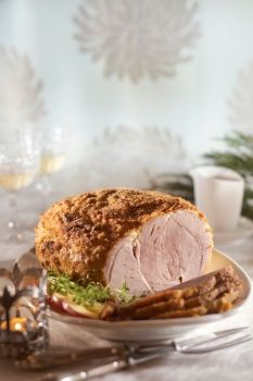 Konjakkisinapilla kuorrutettu joulukinkku =  Christmas ham with mustard topping.