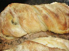 A ciabatta jellegzetes olasz kenyérféleség. A ciabatta papucsot jelent, ami a kenyér lapos, hosszúkás formájára utal. Főleg szendvicsekhez használják fel, a kérge ropogós, a belseje puha, lyukacsos. Sokféleképpen ízesíthető: magvakkal, fűszernövényekkel, szárított paradicsommal, pirított hagymával. Hozzávalók 4 és 1/2 bögre finomliszt, kb. 60 dkg 2 teáskanál só 2 teáskanál szobahőmérsékletű élesztő 2 bögre melegvíz olívaolaj az edénybe Elkészítés Egy tálban keverjük össze a lisztet és a sót… Ciabatta, Pizza Recipes, Bread Recipes, Chicken Pizza, Croissant, Italian Recipes, Italian Foods, Baguette, Bakery