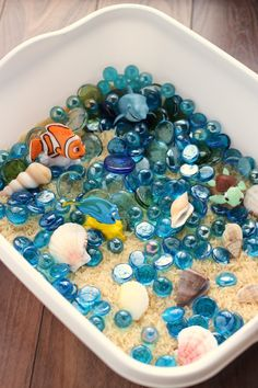 Finding Dory Sensory Bin diy for kids. Sensory Tubs, Sensory Boxes, Sensory Activities, Sensory Play, Preschool Activities, Beach Theme Preschool, Sensory Diet, Under The Sea Theme, Reggio Emilia