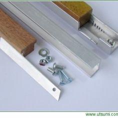 El mini-filetador es un dispositivo para el corte de botellas de PET ,cortando muy estrecho (dependiendo del tamaño) y largo. Es pequeño, ligero, sencillo y económico.Puede ser utilizado en la mano o instalado en una mesa por medio de un soporte especial. 1 pieza de perfil de aluminio.2 tornillos con tuercas.1 cuchilla (corta cartón o cutter).1 mango de madera.Para la plantilla de corte se necesita una tabla de madera, escuadras de metal (para hacer de guía) y tornillos.