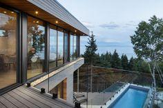 """Le caratteristiche principali del progetto di Bourgeois / Lechasseur architectsaCap-à-l'Aigle, in Canada, sonola sua forma a""""V"""" e le lunghe facciate sospese e aperte sulla natura."""