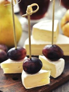 Fresh fruits like grapes or pears and Brie cheese are a perfect snack for yours - Rezepte - Cheese Platters, Food Platters, Snacks Für Party, Appetizers For Party, Bacon Appetizers, Appetizer Recipes, Fingers Food, Appetisers, Creative Food