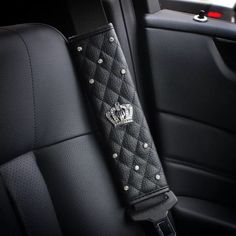 Black Leather Seat Belt Cover with Bling Crown Schwarzes Leder-Sicherheitsgurt-Cover mit Bling Crown Honda Civic, Jaguar, Ferrari, Bling Car Accessories, Trash Can For Car, Car Interior Decor, Interior Design, Luxury Interior, Interior Paint