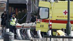 Ce mardi 15 mars à #Bruxelles une personne est évacuée sur un brancard au moment d'une #perquisition dans le cadre du volet belge de l'enquête sur les #attentats de #Paris. Cette enquête de routine a provoqué une fusillade et un assaut. 4 policiers ont été blessés. L'identité de l'homme abattu n'est pas connue. Deux complices seraient également en fuite. #parisattacks [Crédits photo: Francois Lenoir/Reuters] by lefigarofr
