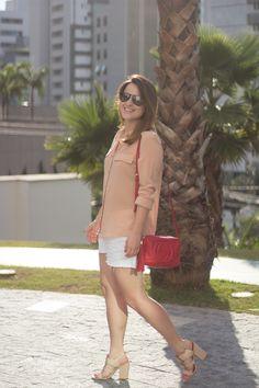 look-do-dia-camisa-nude-short-jeans-sandalia-nude-vicenza-gucci-soho-red-drops-das-dez-1