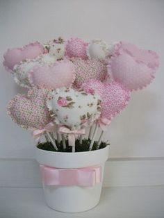 Vaso de ceramica branco com 12 unidades corações em tecidos variados.  Fazemos em outras cores consulte.