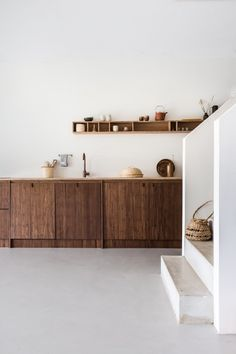 Tour the contemporary cosy north Amsterdam family bungalow belonging to influencer Sanne Hop and her tribe. Interior Design Inspiration, Home Interior Design, Interior Architecture, Küchen Design, House Design, Shelf Design, Sweet Home, Wooden Kitchen, Kitchen Interior
