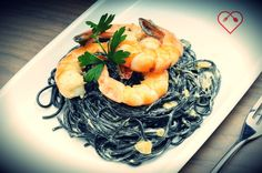 Spaghetti al nero di seppia con gamberi al prezzemolo.