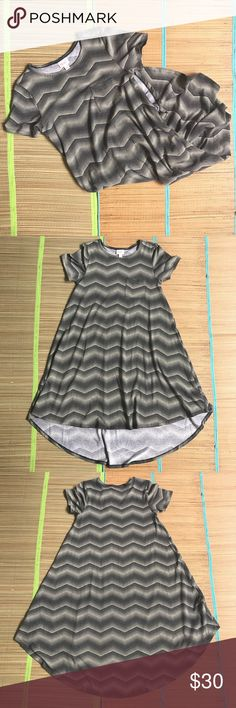 Lularoe Carly Dress Pre-owned in good used condition. Olor looks black and green to me, like a lighter shade of green. LuLaRoe Dresses