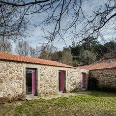 Fachada de casa pequena com paredes de pedra.