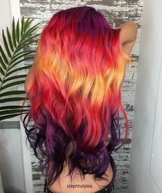 Durante o ano passado tivemos algumas tendências em cabeleireiro: o cabelo holográfico, brilhando na escuridão, Arco-iris oculto, por exemp...