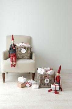 Socken/Unterwäschekalender: Idee, jedes einzelne Paar in eine Schachtel zu verpacken, und alle in schöne Körbe zu legen.  So können die Kinder jeden morgen eine Schachtel aufmachen - ihre Initialen habe ich auf die Unterseite gestempelt ;-)