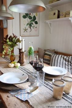 How to Decorate a Casual Dining Room Using the Color Red Swedish Interiors, Cabin Interiors, Home Interior, Interior Decorating, Interior Design, Blanc Shabby Chic, Cottage Living, Scandinavian Home, Dining Area