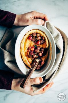 Griesmeel recept: soufflé met geroosterde druiven Food Photography Styling, Food Styling, Acai Bowl, Foodies, Deserts, Snacks, Breakfast, Ethnic Recipes, Oven