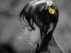 girl in the rain: Google Image Result for http://3.bp.blogspot.com/_0YoE5DFYmPc/TGlqS4xUZ2I/AAAAAAAAAao/0yIsCE4qcTI/s1600/girl_in_the_rain.jpg