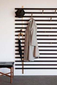 Hallway Decorating 531706299755377866 - The Vestiaire Horizon is wall-mounted and consists of solid wedge slats, metal brass structures and metal hooks that can be positioned anywhere you'd like. Source by audreyhinfray Diy Design, Home Design, Interior Design, Design Ideas, Design Art, Hallway Decorating, Entryway Decor, Modern Entryway, Entryway Lighting