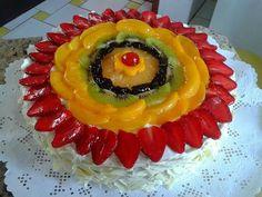 Bolo de frutas e chocolate branco
