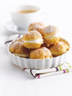 bereiden: Verwarm de oven op 170°C. Meng de melk met het water en breng samen met de boter, suiker en het zout aan de kook. Roer de bloem erdoor wanneer het mengsel kookt. Doe de eieren er beetje bij beetje bij en roer tot een glad beslag. Doe het beslag in een spuitzak. Bestrijk een bakplaat met een beetje gesmolten boter en strooi er een beetje bloem over uit. Spuit de soesjes erop en bestrijk met een beetje eigeel voor een goudbruin korstje. Bak 15 minuten in de oven.