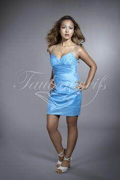 Blue Sky TWBS03: Dieses sexy Brautjungfernkleid aus Taft in Minilänge mit dünnen Spaghettiträgern und Herzausschnitt setzt funkelnde Akzente. Die wiederkehrende Spitzenapplikationen wird auch hier von Ton-in-Ton gewählten Perlen- und Paillettenstickereien geziert.