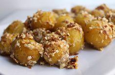 Det skal du bruge 650 g små kartofler 40 g parmesan 50 g Mandler Peber Sådan gør du Forkog kartoflerne hele i ca 10 min - stik lidt til dem de skal være bløde i kanten men ikke gennemkogte. Riv p...