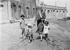 الملكة نازلي ومعها الأمير فاروق وشقيقاته الأميرتان فوزية و فايزة في الإسكندرية .