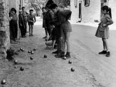 Pétanque ~ photo by Janine Niépce Women's Liberation Movement, Liberation Of Paris, Antique Photos, Vintage Photographs, Vintage Images, Tennis Pictures, Paris Markets, Italian Baby, Italy Map