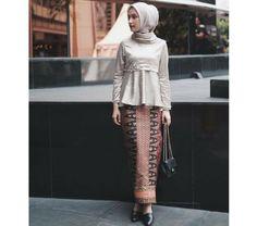 New Baju Kurung : Suka, 112 Komentar - Dwi Handayani Syah Putri (Dwi Hand. Kebaya Modern Hijab, Model Kebaya Modern, Kebaya Hijab, Kebaya Muslim, Kebaya Lace, Kebaya Dress, Batik Kebaya, Batik Dress, Hijab Style