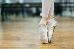 Here are fourteen ballet pointe tips to improve your pointe work and help you get a better position en pointe. These tips were part of a recent Instagram challenge hosted by Sarah Arnold from The Accidental Artist. Sarah Arnold is a form...