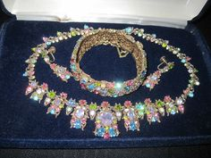 VINTAGE SIGNED HOLLYCRAFT NECKLACE, EARRINGS & CLAMPER BRACELET
