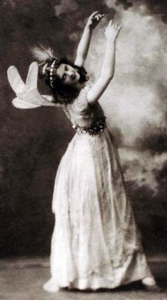 Isadora Duncan as 'first fairy' - c. 1896 - William Shakespeare's 'A Midsummer Night's Dream' - Photo by Baker Art Gallery