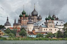 Le Kremlin de Rostov Veliki (Rostov la Grande) a été bâti au 17e siècle sur le lac Nero (région de Iaroslavl) par le métropolite Jonas. Il f...