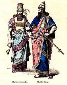 '' Sus vestimentas de antaño estaban basados en túnicas y telas en capas. Las túnicas para hombre estaban envueltas de manera que cubrieran el cuerpo entero y estuvieran relativamente ajustadas. Las túnicas femeninas eran más sueltas y se parecían bastante a los vestidos modernos. Los antiguos cazadores y guerreros usaban túnicas cortas y pantalones ajustados. Los trajes de la antigua Asiria eran usualmente a rayas y tenían otros patrones y motivos.''