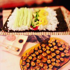 Wegańskie domowe sushi z mango, ogórkiem i awokado – Roślinne pychotki