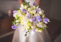 Freesias, sweet peas and hydrangeas bouquet.   Photographer: Blu Foto   Floral Design: Filly Creazioni Floreali