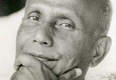 """""""No intentes alcanzar a Dios con tu mente pensante. Sólo estimulará ideas intelectuales, actividades y creencias. Más bien intenta alcanzar a Dios con tu corazón. Eso despertará tu consciencia espiritual"""".  Sri Chinmoy (1931-2007) Poeta, artista y deportista bengalí."""