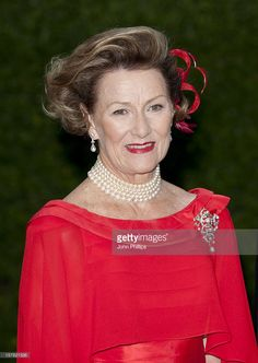 Queen Sonja Of Norway Leaves The Norwegian Embassy To Make Their Way To A Pre Wedding Party At The Mandarin Oriental Hotel The Evening Before The Wedding Of Prince William And Kate Middleton In London. (Photo by John Phillips/UK Press via Getty Images) Queen Margrethe Ii, Queen Maxima, Crown Princess Mary, Princess Style, Princess Fashion, Kate Middleton, Maud Of Wales, Principe William Y Kate, Pre Wedding Party