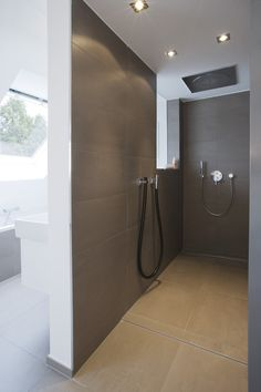 Minimalistische #Fliesen in begebarer Dusche mit #Duschrinne. Wandformat 30x60 cm mit Boden 60x60 cm.