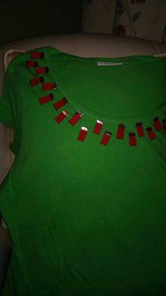 Camiseta adornada con trincas metálicas  y cintas