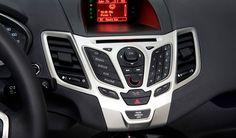 En cuanto entras al Fiesta 2013, te encuentras con un ambiente inesperado para un vehículo de su categoría. Las formas del tablero son modernas y el panel de instrumentos central, fue diseñado para sentirse tan útil y familiar como el teclado de un teléfono celular y están enmarcados en insertos metálicos desde la versión SE. #TuFord2013 Engine Types, Car, Panel, Keyboard, Tools, Board, Shapes, Automobile, Vehicles