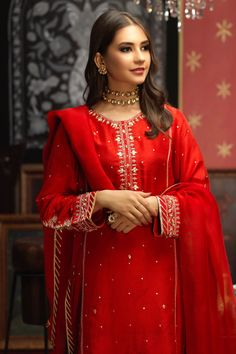Bridal Suits Punjabi, Pakistani Bridal Wear, Pakistani Casual Wear, Dress Indian Style, Indian Dresses, Indian Outfits, Simple Pakistani Dresses, Pakistani Dress Design, Stylish Dresses
