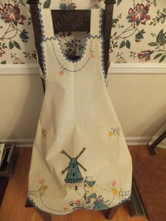 VINTAGE EMBROIDERED FULL PINAFORE APRON*DUTCH GIRL WINDMILL TULIPS POCKETS*EXC!